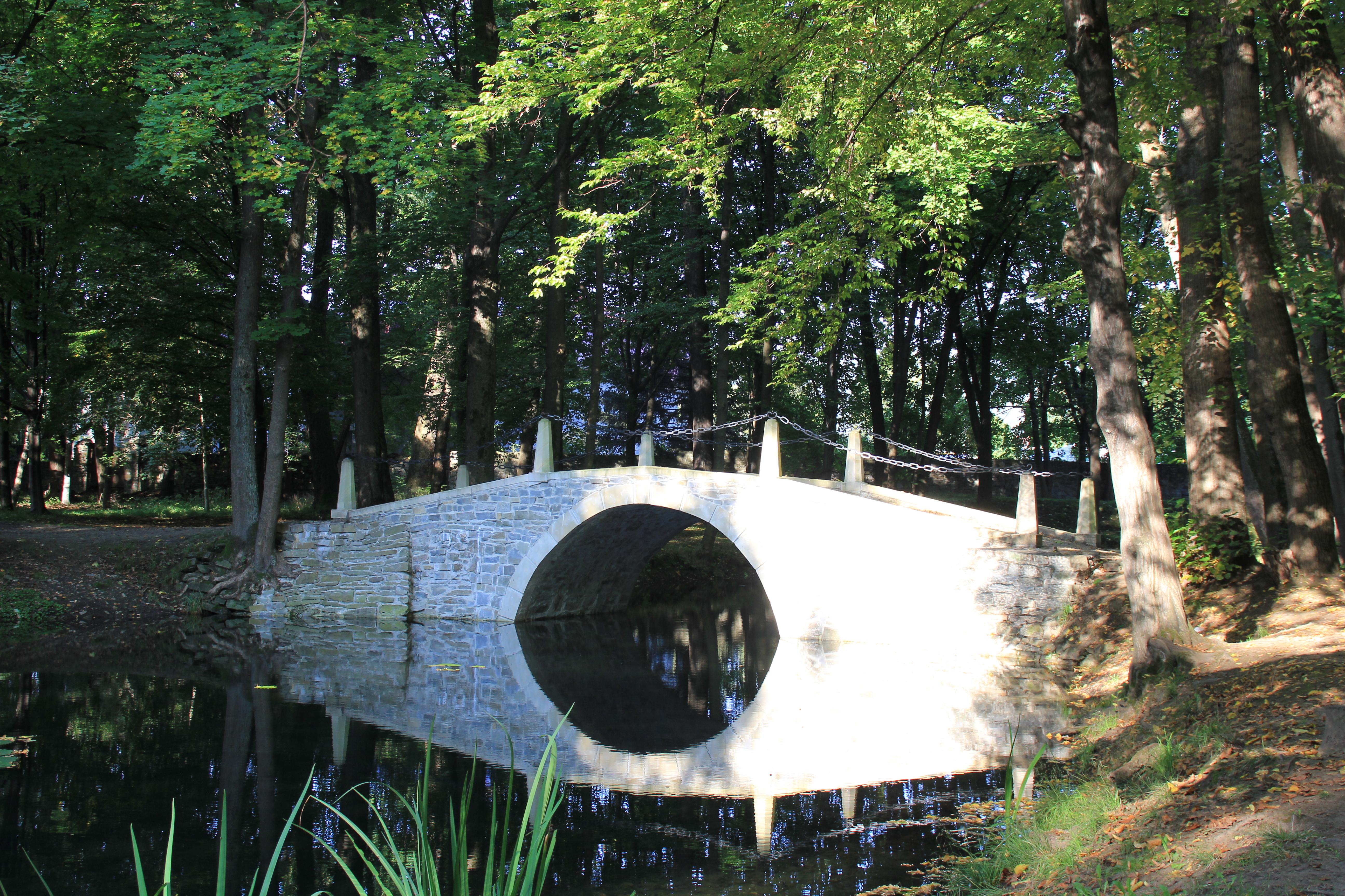 Mostek w parku zamkowym