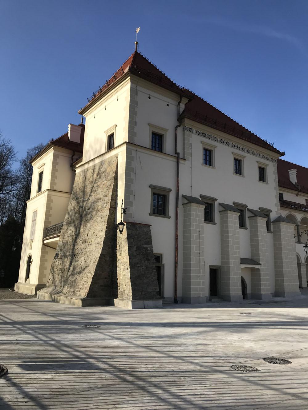 Zamek w Suchej Beskidzkiej od strony dziedzińca